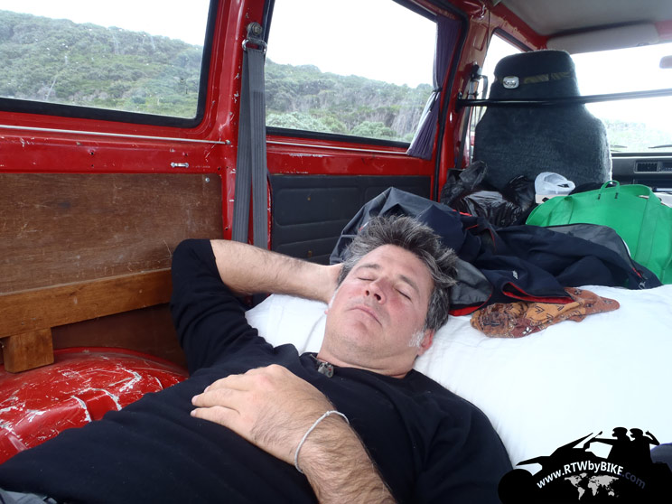 a rest in the van rouge