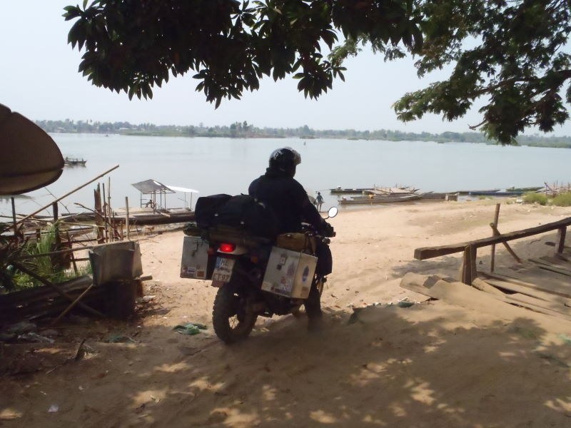 "trying to find a ""ferry\"" over the Mekong in Ban Nakasang to Don Dhet, Four Thousand Islands"