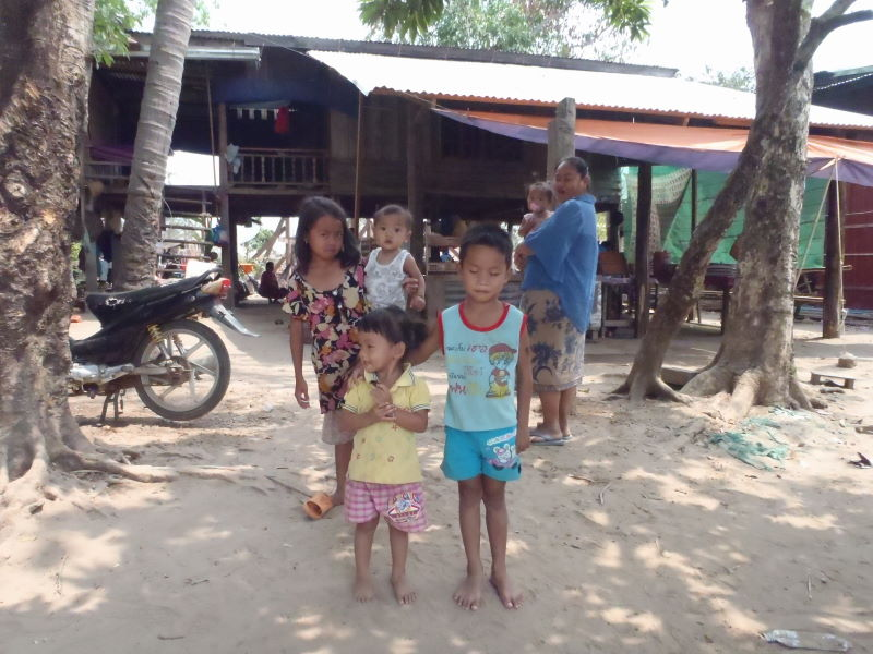 "negotiation with the family about the ""ferry\"" price, Ban Nakasang to Don Dhet, Four Thousand Islands"